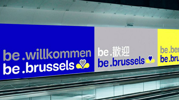 为进一步促进旅游业的发展,上个月,比利时最大的城市布鲁塞尔市重新设计其旅游形象标志。布鲁塞尔是比利时的首都,在这个城市驻有欧洲联盟的三个主要的机构,所以也被冠以欧洲首都的美誉。新的标志在创作的过程中借鉴了布鲁塞尔首都区区旗的鸢尾花图案,充满活力的蓝色和黄色使这个城市显的更加可爱。新形象可以进行灵活的应用,不仅可以改变文字,也可以添加图案、照片等视觉元素。新形象由Base Design工作室设计。   布鲁塞尔首都区区旗鸢尾花图案。鸢尾花也是布鲁塞尔市的市花,于1991年开始使用。在历史上,曾经统治布鲁
