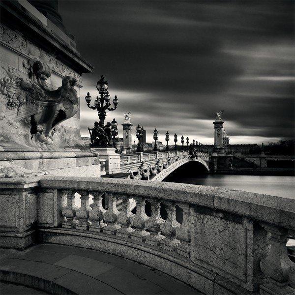 法国首都巴黎是世界上最繁华的大都市之一,素有世界花都之称。巴黎位于法国北部盆地的中央,横跨赛纳河两岸,建都已有1400多年的历史,它不仅是法国,也是西欧的一个政治、经济和文化中心,备受世界瞩目。巴黎香水驰誉全球,有梦幻工业之称,被法国人视为国宝。法国还是个美食之国。 巴黎是历史之城、美食之都和创作重镇,成千上万的橱窗摊铺里充满了琳琅满目的创意产品、时尚设计师作品;各色珍馐佳肴等您来品尝。形形色色不同背景的巴黎居民,为这座梦想之城带来缤纷活力,形成花都独一无二的印记。 而巴黎在摄影师Damien Va